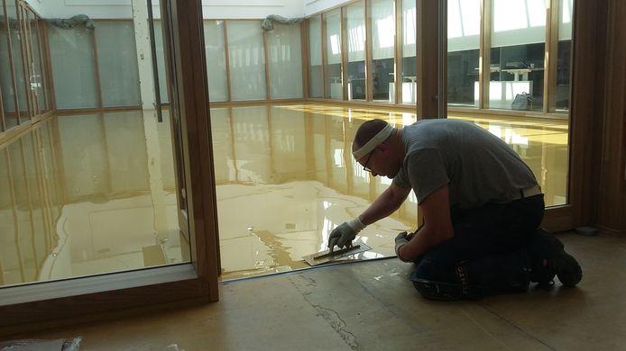 Erwin Top legt de laatste hand aan de vloer van de nieuwe trouwzaal in Zevenaar.