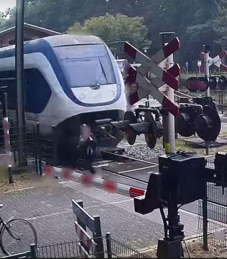 Vrouw kruipt met 'oerdomme' actie door oog van de naald op spoorwegovergang Ermelo