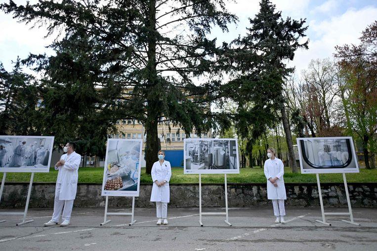 Staf van het Torlak Instituut in Belgrado, waar het Spoetnik-V-vaccin wordt geproduceerd, wachten op de komst van de Servische president Aleksandar Vucic. Beeld AFP