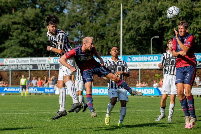 Marco Kooijmans kopt namens Achilles'29 de 1-1 binnen.