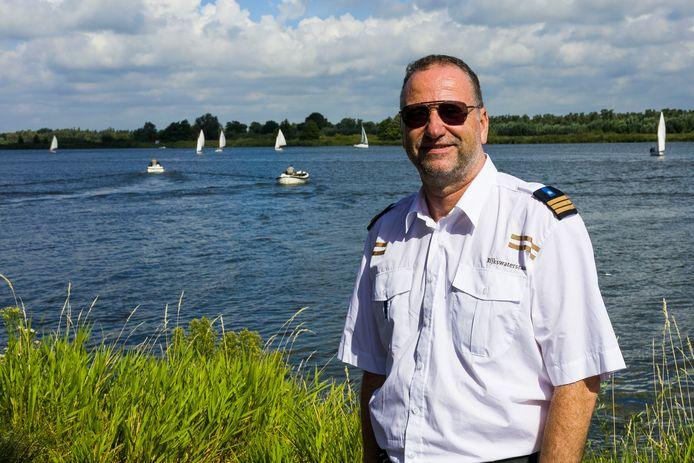 """Verkeersleider Anne van der Wijk van Rijkswaterstaat aan de rand van de Biesbosch. ,,Vanaf de middag is het vaak een gekkenhuis op het water."""""""