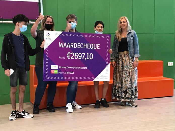 Sahin, Anne-Marie, Bianca, Malik en Cindy met de cheque voor de Dierenopvang.