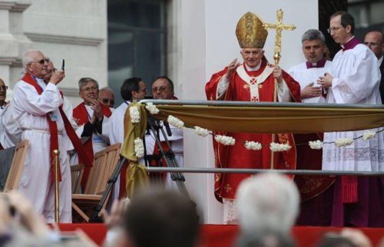 Paus Benedictus XVI tijdens een openluchtmis op de laatste dag van zijn bezoek aan Portugal. ANP Beeld