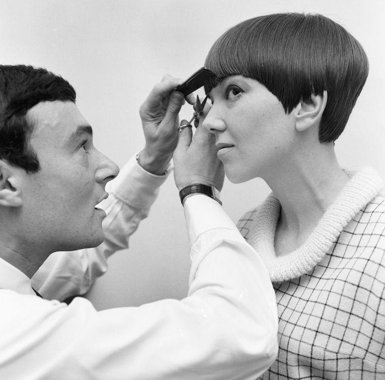 Vidal Sassoon legt de laatste hand aan Mary Quants nieuwe kapsel, 12 november 1964. Beeld Getty