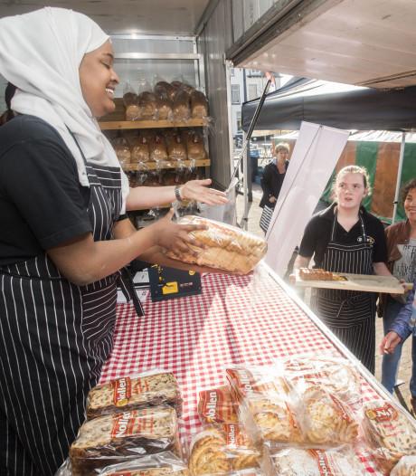 Bijzondere stage MaxX-leerlingen  in bakkerskraam op markt in Neede