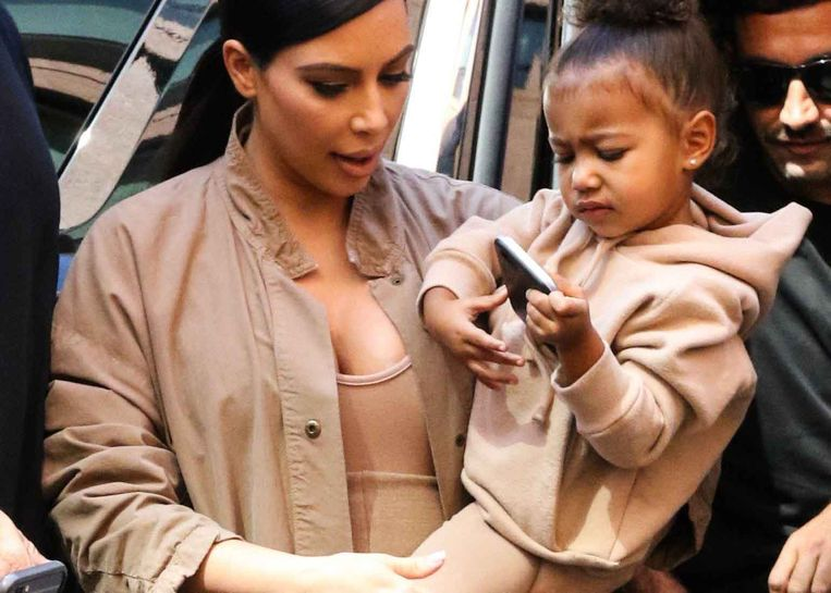 Kim Kardashian en haar dochter North: twinning in beige. Beeld Image Press / Splash News