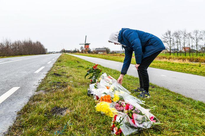 Bart legt bloemen op de plek waar de 21-jarige Alphenaar om het leven kwam.