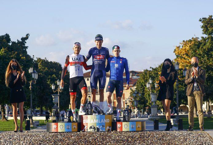 Xandro Meurisse op het podium met Matteo Trentin (l) en Alberto Dainese (r)