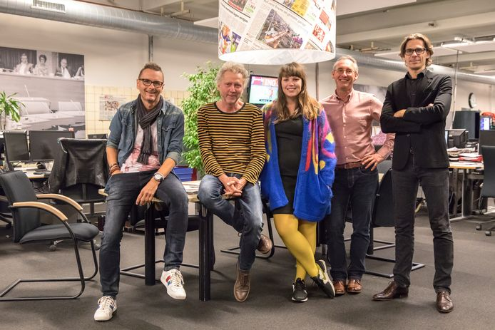 De jury met vlnr Rolf Finders, Kees Martens, Ilse Wolf, Lucas van Houtert en Ruud Geven is tevreden over de inzendingen van Brabant in Beeld. Foto Irma Bulkens.