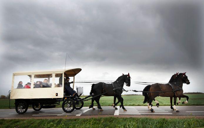 'Paardenman' Nico Avezaath wordt omringd door zijn geliefden met de paardentram naar het crematorium gebracht.