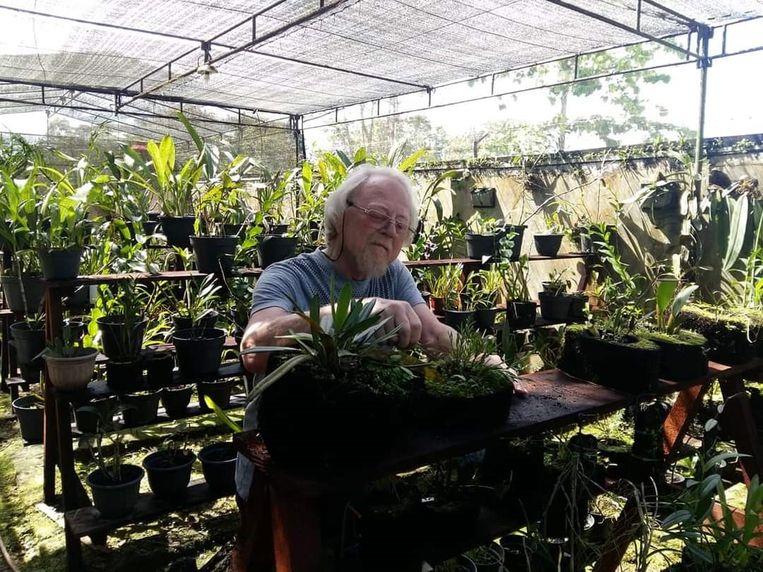 Ed de Vogel, in de kwekerij op Papoea-Nieuw-Guinea. Beeld