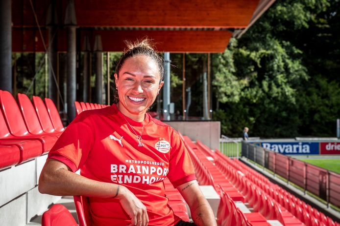Kyah Simon zat meer dan haar en PSV lief was op de tribune.