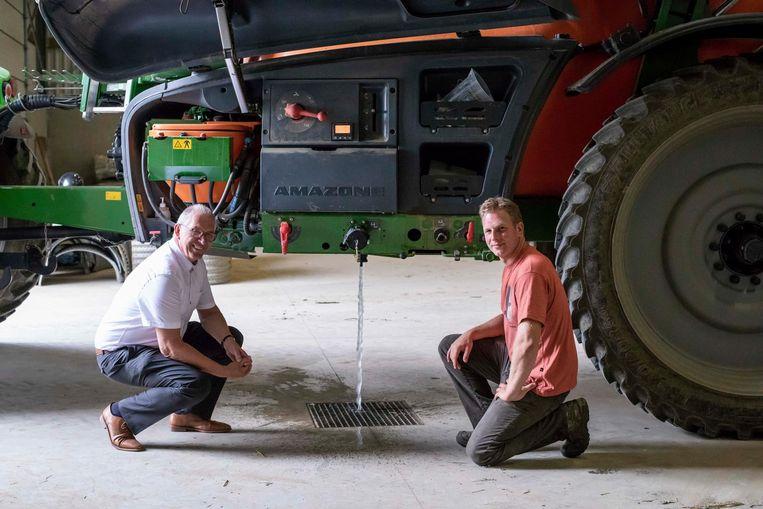 Schepen van Landbouw Guy Kersten (links) met zoon Karel, die zijn vervuild sproeiwater al apart opvangt.
