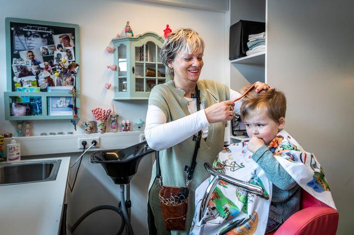 Monique Meulendijks knipt Simon in haar Creatieve Kinderkapsalon in Helmond.