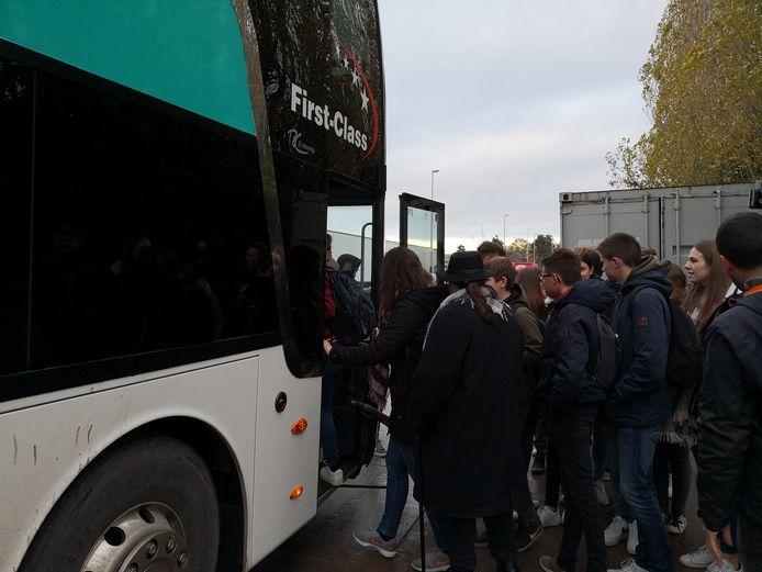De bus pikte de vijfdejaars aan de achterzijde van de school op.