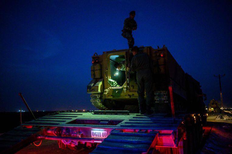 Turkse soldaten zijn op weg naar de grens met Syrië. Beeld AFP