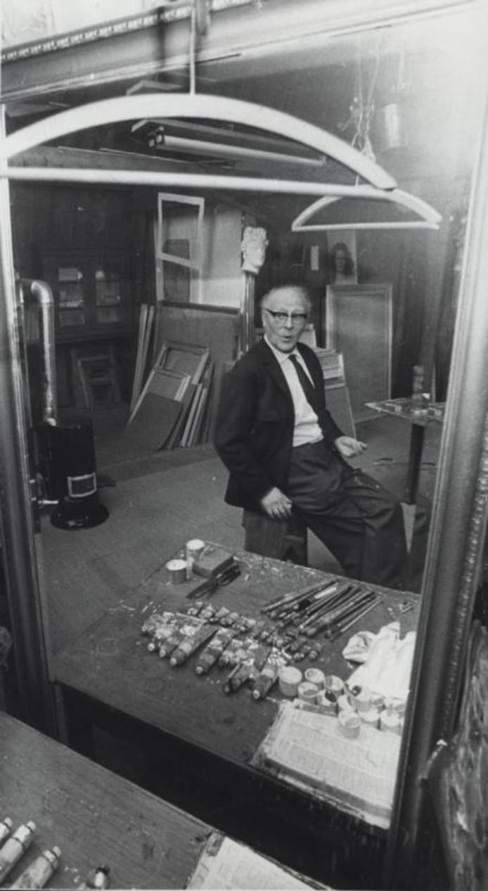 Kunst- en restauratieschilder Dio Rovers in zijn atelier aan de Dillenburgstraat in januari 1971. foto Archief BN/DeStem