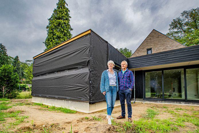 Heleen en Renger Idema hebben een nieuw huis laten bouwen in Gorssel maar daar zit door lange levertijden van sommige bouwonderdelen - onder andere een deel van de houten gevelbekleding - vertraging op.