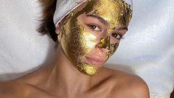 Modellen gebruiken gouden gezichtsmasker om er goed uit te zien tijdens modeweken