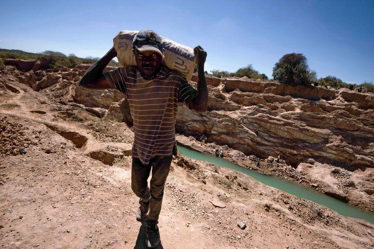 Een open koper- en kobaltmijn nabij Lubumbashi, Congo. Beeld AFP