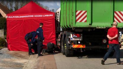 Tienermeisje komt onder vuilniswagen terecht op weg naar huis: slachtoffer overleden