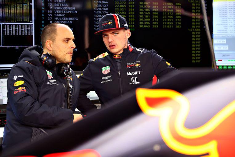 Max Verstappen praat met race engineer Gianpiero Lambiase tijdens de testdagen in Barcelona. Beeld Getty Images