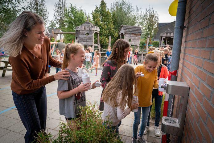 Ingebruikname van een watertappunt op een schoolplein in Heteren.