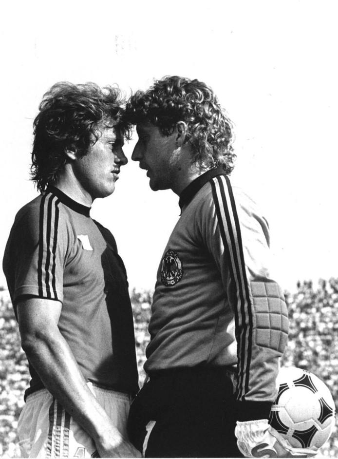 Arie Haan en Harold Schumacher staan met de hoofden tegenover elkaar in Italië, bij het EK van 1980. © ANP