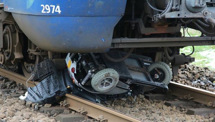 De scootmobiel van de man werd door de trein compleet vernield.