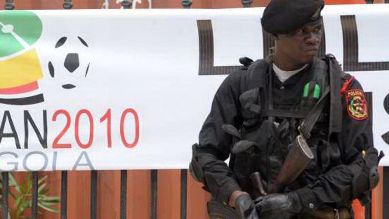 Een Angolese militair bewaakt het verblijf van de spelers van Togo, Burkina Faso, Ivoorkust en Ghana. (AFP) Beeld