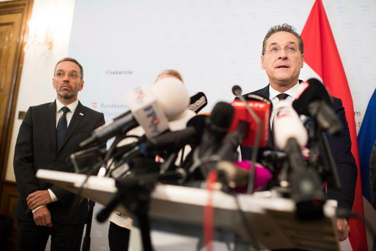 FPÖ-leider en vicekanselier Heinz-Christian Strache maakt zijn vertrek bekend.  Beeld AP