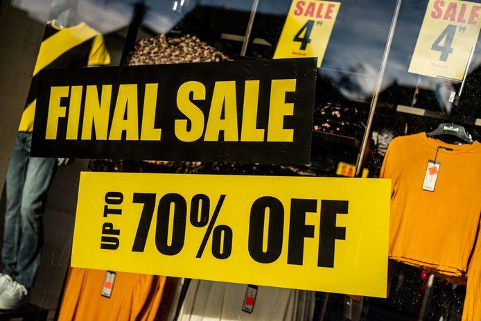 Dankzij de lockdown zijn alle niet-essentiële winkels gesloten en bleven veel kledingwinkels met een onverkoopbare  wintercollectie zitten.