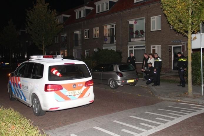 De politie doet onderzoek op de plek waar de man werd neergeslagen.