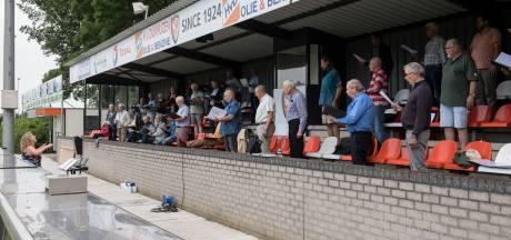 'De akoestiek is er goed': voor even repeteert het Tiels Mannenkoor op... een voetbaltribune