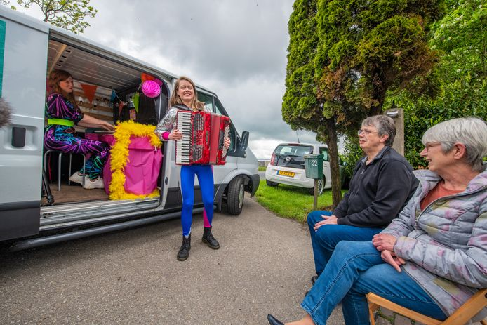 Henry Dittmar en zijn vrouw Wally worden verrast met een concert voor de deur.