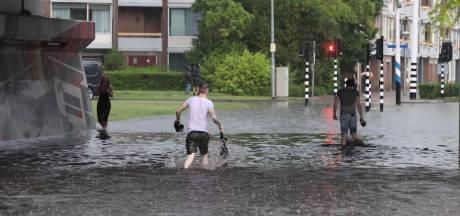 Onweer, bliksem, windhozen: straten ondergelopen na stortregen in Brabant