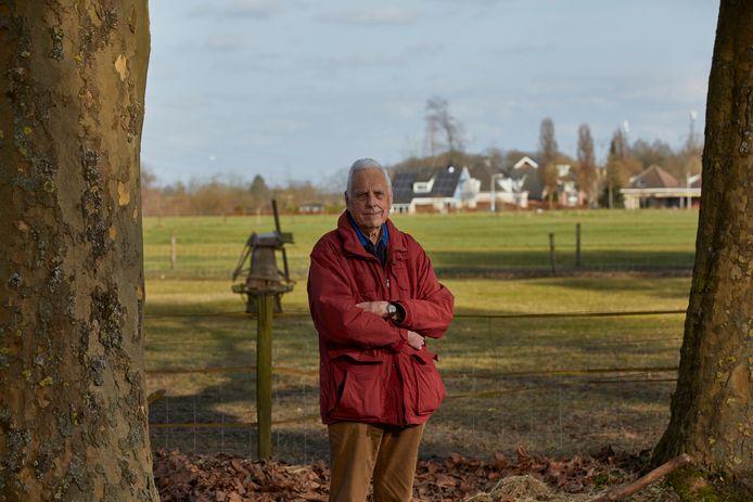 Piet Zevenhuyzen aan de Hagenvoorderdijk in Schalkhaar. ,,We zouden hier graag willen bouwen, maar zijn dan wel afhankelijk van de gemeente.''