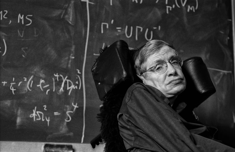 24 juli 2001. Stephen Hawking in zijn kantoor aan de universiteit van Cambridge. Beeld Hollandse Hoogte / Laif