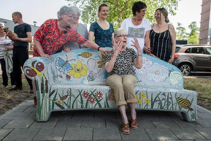 Samen met andere flatbewoners wist Joop deze van origine betonnen bank om te toveren in een vrolijk, kleurrijk benkske. Vrijdag kreeg de bank definitief een plekje in de Bredase wijk Heusdenhout.