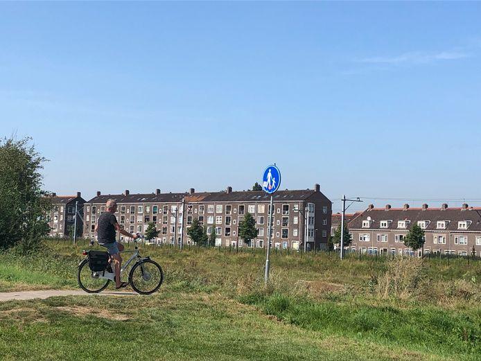 Fietser op het voetpad van de wijk Nieuw Sluis naar het centrum van Vlaardingen.