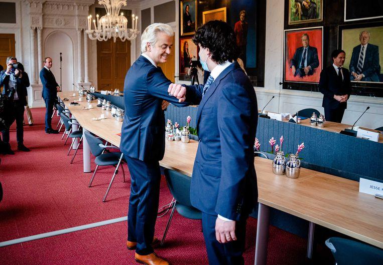 Geert Wilders (PVV) en Jesse Klaver (GroenLinks) begroeten elkaar in de Rooksalon, waar de fractieleiders bijeenkomen op de dag na de verkiezingen.  Beeld ANP