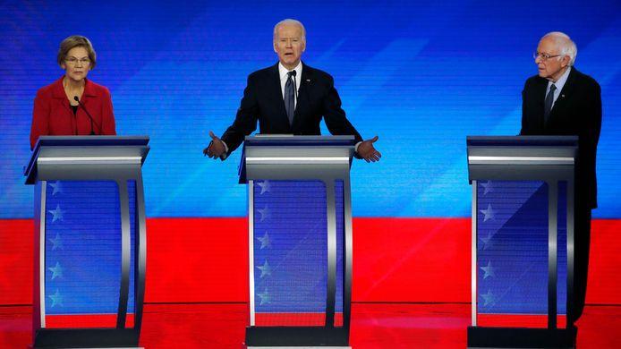 Elizabeth Warren, Joe Biden en Bernie Sanders tijdens een voorverkiezingsdebat in februari