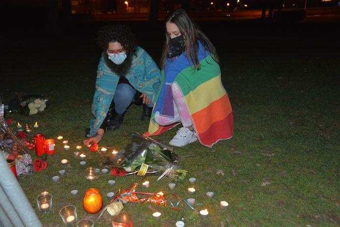 """Alexandra Hermans en dochter Yutan Verbelen kwamen hun solidariteit betuigen. Yutan:  """"Mijn broer is homo en krijgt nog geregeld af te rekenen met scheldpartijen"""""""