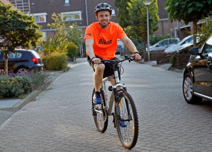 Koen van Alebeek (24) uit Brielle fietste vorig jaar in de omgeving van Wageningen voor het goede doel, dit jaar is Zuid-Limburg aan de beurt.