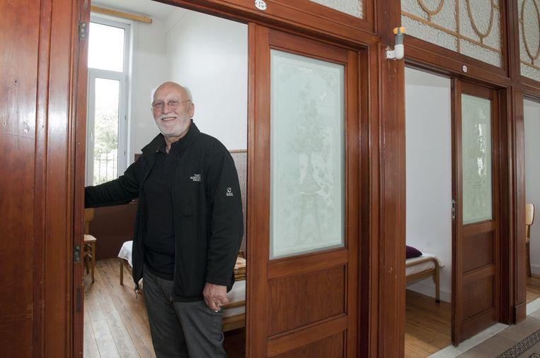 Juul Claes aan de vernieuwe gastenkamers.