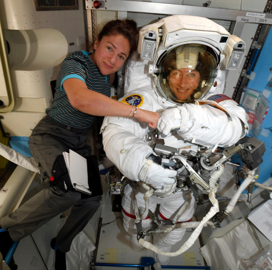 Christina Koch (in het pak) en Jessica Meir stappen op 21 oktober samen de ruimte in.