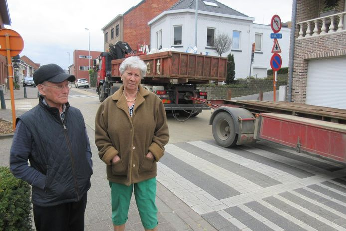 Emma en Rik Clygnet bij de verkeersdrempel, die volgens hen de oorzaak is. Er komt net een zware vrachtwagen met aanhangwagen voorbij. De trillingen van dergelijk zwaar verkeer veroorzaken scheuren in de huizen.