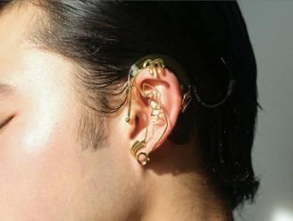 De schoonheid van doofheid. Oorsieradencollectie accentueert hoorapparaten en implantaten