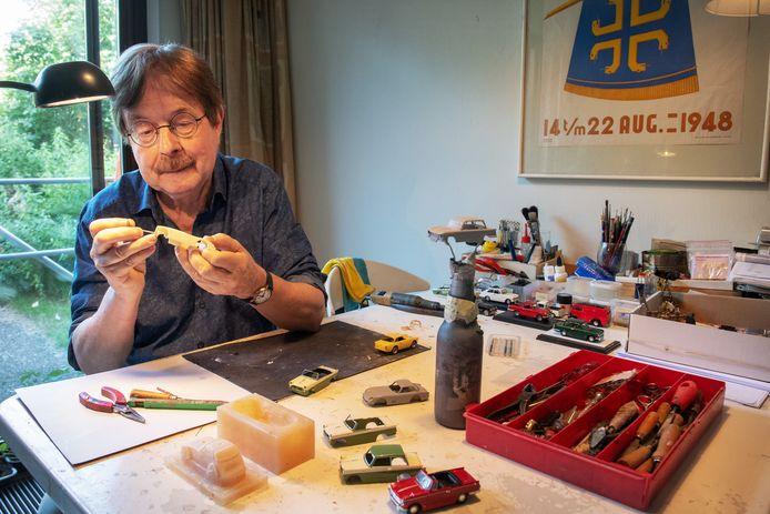 Max Derrez maakt miniatuur Triumphjes.
