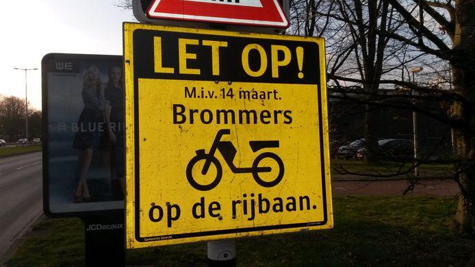 Naast brommers moeten op sommige plekken ook e-bikes de rijbaan op. De VVD wil dat hier bij bepaalde wegen een uitzondering wordt gemaakt voor de e-bikes, zodat deze op het fietspad kunnen blijven.